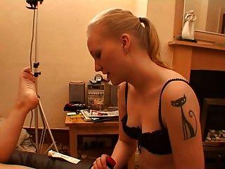Piercing coño obtiene estiramiento anal con juguetes y puño