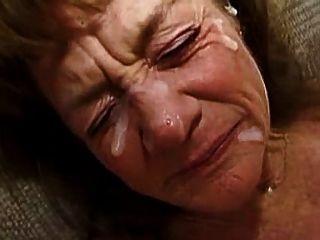 La abuela tiene muchos faciales