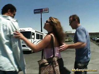 Nasty babe se golpeó en la furgoneta con tres pollas grandes