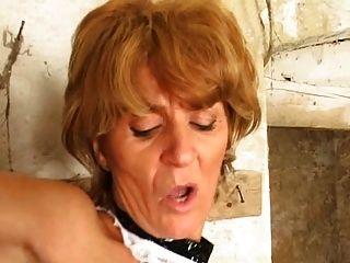 Ladrón maduro del sótano azotado en el culo