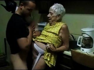 Vieja abuela es follada por un chico joven