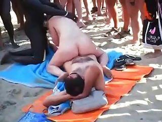Voyeur grupo de sexo de playa en la playa en frente de todo el mundo.