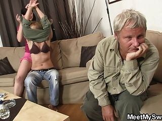 Su bf sale de la habitación y ella folla a sus padres