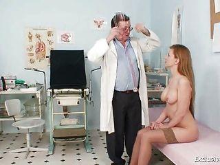 Viktorie gusano peludo gyno boquiabierto examen en la clínica