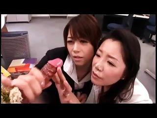 Las niñas japonesas juegan w.Cum disparando consolador