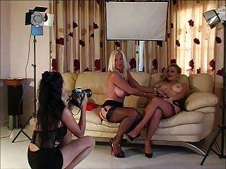 Tiro de fotos con 3 ladys en tacones y medias