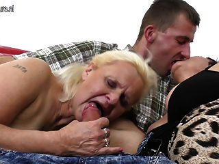 Dos abuelas disfrutan de una gran polla en trío