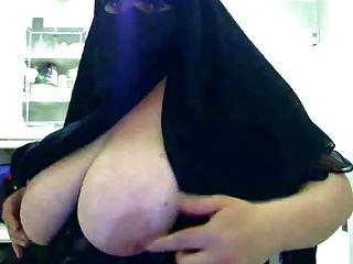 Hijab mujer mostrando sus tetas grandes