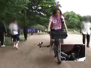 La colegiala japonesa se masturba en una bicicleta modificada