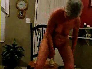 Anciana jugando con 2 juguetes