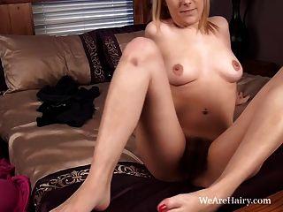 Melissa delancey juega con sus agujeros peludos