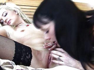Rubia bebe folla anciana mamá lesbiana