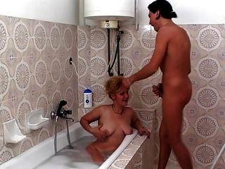 Coño peludo maduro cogida en el cuarto de baño