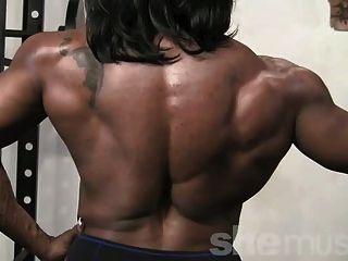 Músculo femenino de ébano