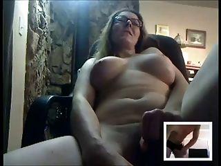Sexy madura se masturba para alguien en la cámara