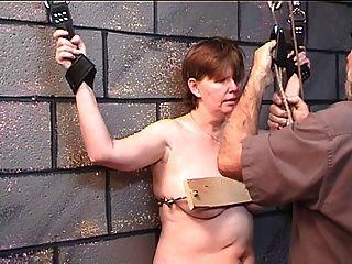 Mujer gorda obtiene sus tetas clavadas en madera en el juego de la mazmorra con más viejo amo