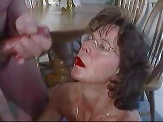 Morena madura en gafas acaricia enorme corrida facial.