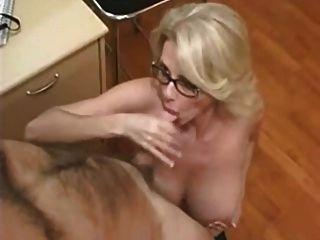 Mamá bonita con los boobs gigantes asombrosos
