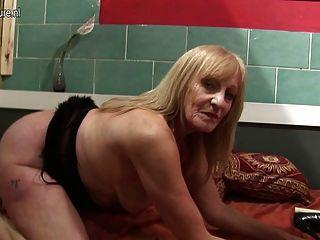 Amateur puta abuela jugando con su coño húmedo de edad