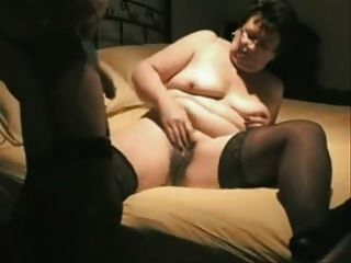 Vieja esposa se divierten delante de la cámara