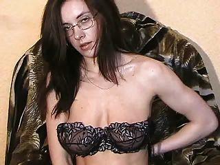 Tamara desnudándose y masturbándose 2