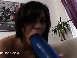 Babe obtiene anally boquiabierto con un consolador brutal azul grande en hd