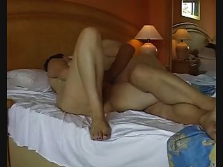 Pareja exhibicionista madura masturbándose y penetrando