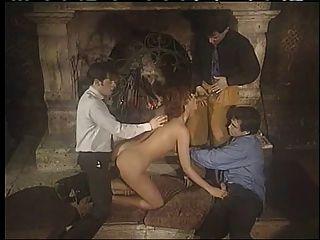 Babe italiano disfrutando de doble sexo de penetración de grupo!