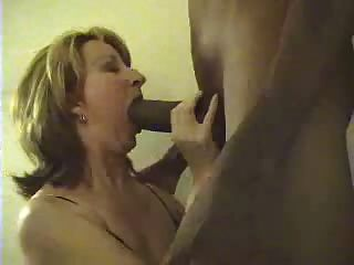 Mujer blanca chupar enormes gallo negro