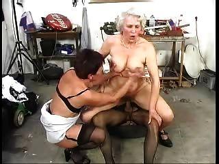 Dos peludos ancianos grannys se divierten con una polla