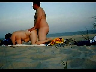 Chubby pareja tener relaciones sexuales en la playa