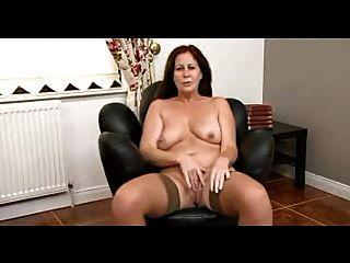 Morena gordita madura desnuda y muestra su cuerpo