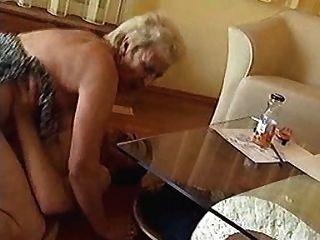 Abuelita dura en el suelo