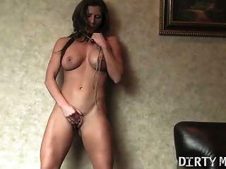 Sexy babe juega con su coño