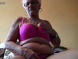 Muy vieja abuelita alemana y sus tetas flacas