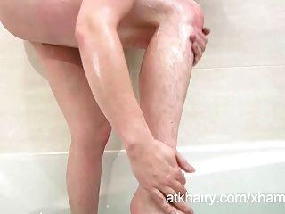 Peluda jenna obtiene coño mojado y se masturba