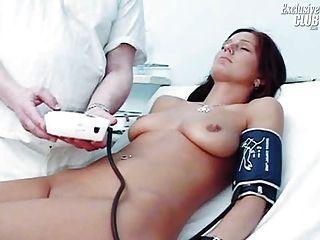 Sara gyno coño examen espéculo por kinky viejo médico