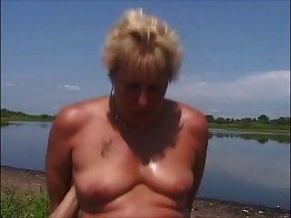 2 desagradables parejas alemanas ir hardcore en la orilla del río