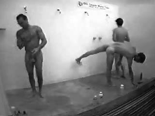 Chicos en la ducha pública con duro en