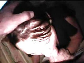 ¡La muchacha caliente estupenda sopla a su trabajador del co y traga su cum!