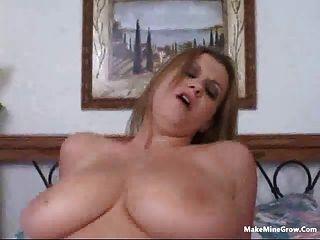 Rubia babe jugar sus tetas con un cum 2
