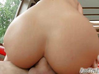 Ella toma gapes anales duros y traga el cum