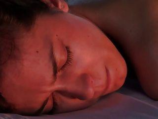 Modelo seducido durante masaje parte 1