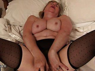 Abuelita de pecho grande y su coño mojado