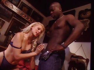 Joven rubia con el hombre negro