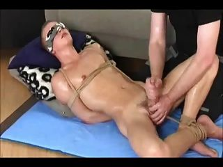 Bdsm gay boy obtiene handjob