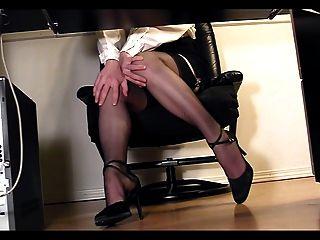 Secretaria leggy bajo el escritorio voyeur cam masturbation