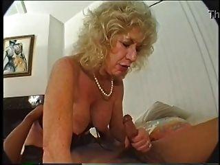 La abuelita peluda ama el consolador y el bbc