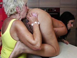 Sexo en grupo de ancianos y jóvenes con 2 abuelas