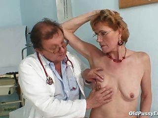 La anciana con clase mila necesita gyno examen de la clínica